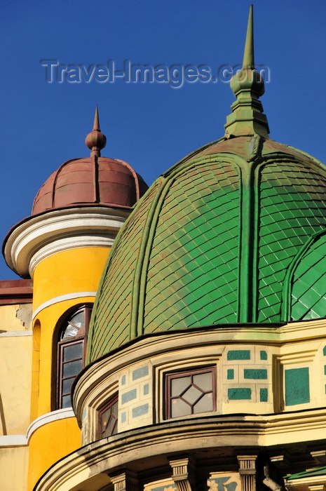 bolivia1: La Paz, Bolivia: angle of Calle Ingavi and Av. Montes - green domes on both sides of Calle Ingavi - photo by M.Torres - (c) Travel-Images.com - Stock Photography agency - Image Bank