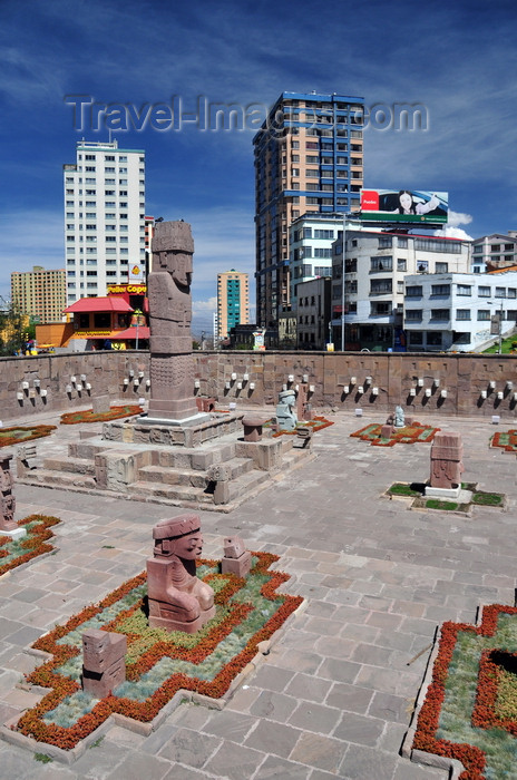 bolivia105: La Paz, Bolivia: replica of the Tiahuanaco Semi-subterranean Temple - sunken courtyard with the Benett monolith - Tiwanaku Square - photo by M.Torres - (c) Travel-Images.com - Stock Photography agency - Image Bank