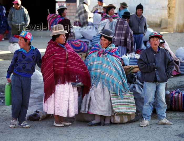 bolivia127: El Alto, La Paz department, Bolivia: Aymara ladies chat while waiting for their bus - photo by C.Lovell - (c) Travel-Images.com - Stock Photography agency - Image Bank