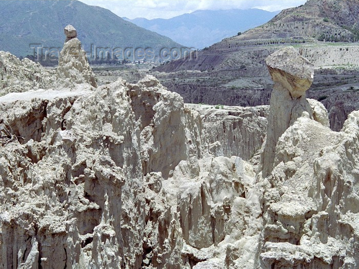 bolivia36: La Paz / LPB, Bolivia: walking in the Valley of the Moon - erosion - clay hoodoos - photo by M.Bergsma - (c) Travel-Images.com - Stock Photography agency - Image Bank
