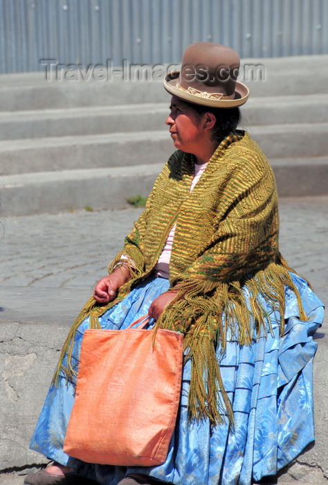 bolivia56: La Paz, Bolivia: Aymara woman with Chola dress, bowler hat and shawl rests in Plaza de los Héroes - photo by M.Torres - (c) Travel-Images.com - Stock Photography agency - Image Bank