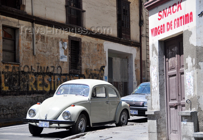 bolivia70: La Paz, Bolivia: Virgin of Fatima 'snack' and VW Beetle - Calle Indaburo, corner with Calle Yanacocha - photo by M.Torres - (c) Travel-Images.com - Stock Photography agency - Image Bank