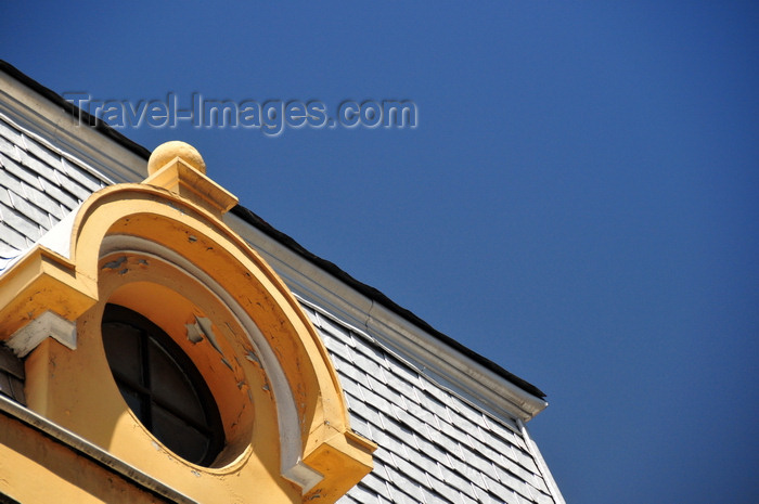 bolivia71: La Paz, Bolivia: oculus window and shingles - mansard roof of the Banco Central de Bolivia - corner of Calles Ingavi and Yanacocha - photo by M.Torres - (c) Travel-Images.com - Stock Photography agency - Image Bank