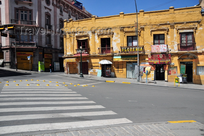 bolivia86: La Paz, Bolivia: zebra crossing and dilapidated colonial building - eastern corner of Plaza Murillo - Calles Bolivar and Ballivián - photo by M.Torres - (c) Travel-Images.com - Stock Photography agency - Image Bank