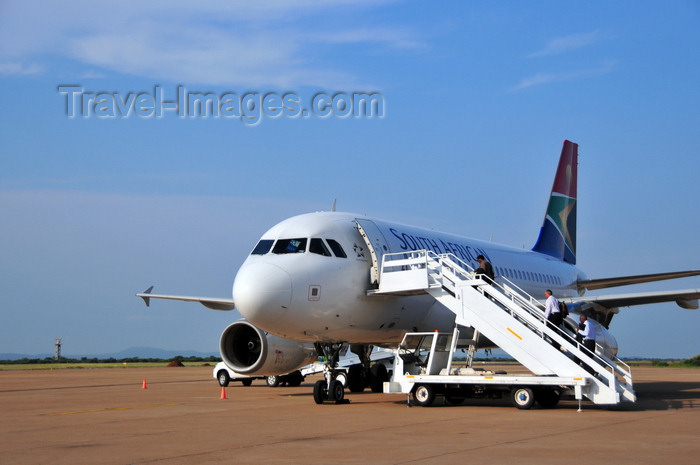 botswana10: Gaborone, South-East District, Botswana: Sir Seretse Khama International Airport - passengers board a South African Airways flight to Johannesburg - Airbus A319-131 - ZS-SFJ cn 2379 - Star Alliance - photo by M.Torres - (c) Travel-Images.com - Stock Photography agency - Image Bank
