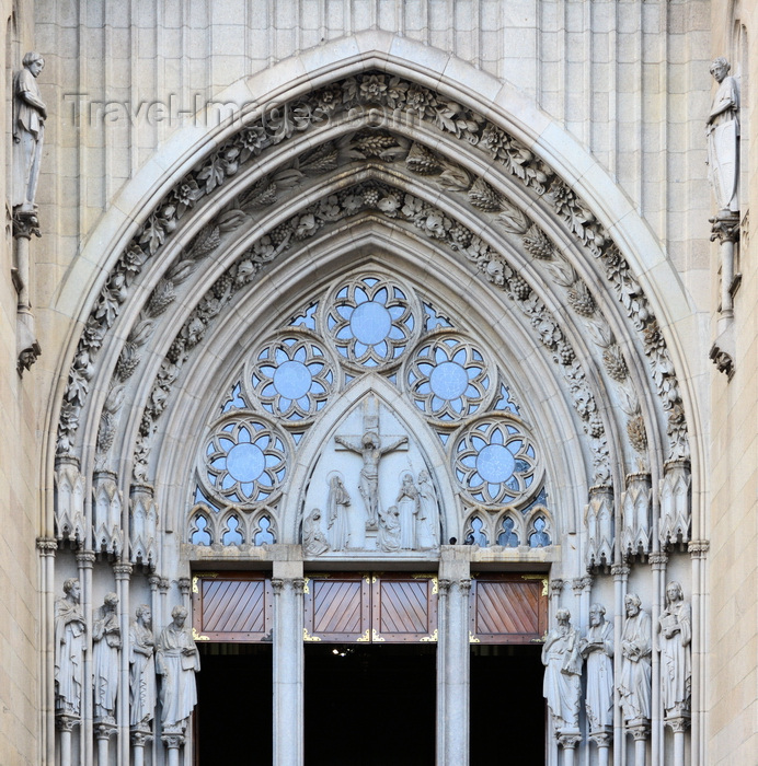 brazil137: São Paulo, Brazil: the cathedral central portal with pointed archivolt, jamb figures and rose windows with tracery - Praça da Sé - Neo-Gothic style, designed in 1912 by the German architect Maximillian Hehl -  São Paulo See Metropolitan Cathedral - photo by M.Torres - (c) Travel-Images.com - Stock Photography agency - Image Bank