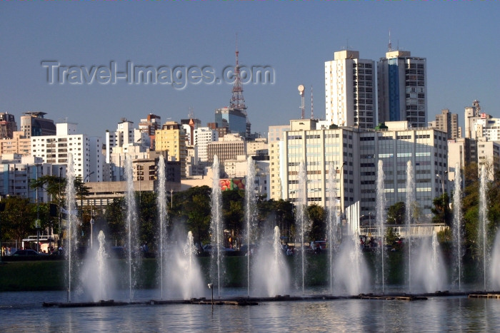 brazil209: Brazil / Brasil - São Paulo: fountains at Parque Ibirapuera (photo by N.Cabana) - (c) Travel-Images.com - Stock Photography agency - Image Bank