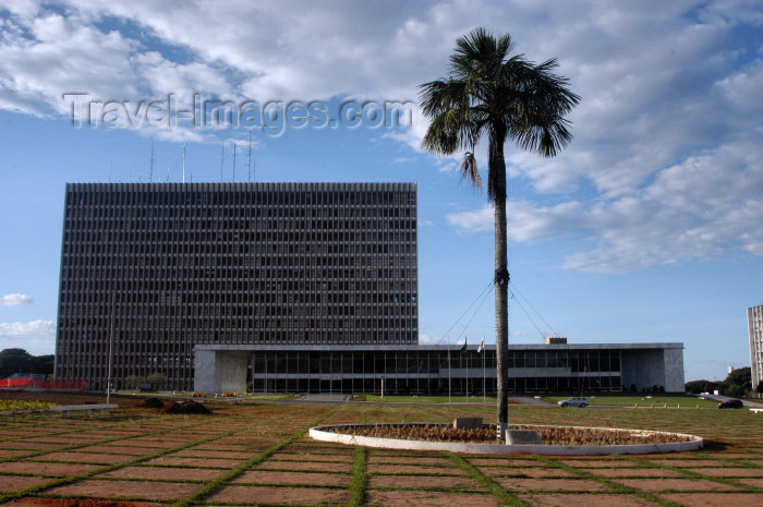 brazil327: Brazil / Brasil - Brasilia: Brasilia: Buriti Palace, Buriti quare / Governo do Distrito Federal - Gabinete do Governador - Praça Buriti - Eixo Monumental - Projeto do arquiteto Mauro Jorge Esteves - palmeira Buriti - photo by M.Alves - (c) Travel-Images.com - Stock Photography agency - Image Bank