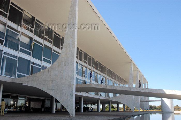 brazil334: Brazil / Brasil - Brasilia / Brasilya: Government HQ - Palácio do Planalto - by Oscar Niemeyer - Palácio dos Despachos -  Sede do Poder Executivo do Brasil - photo by M.Alves - (c) Travel-Images.com - Stock Photography agency - Image Bank