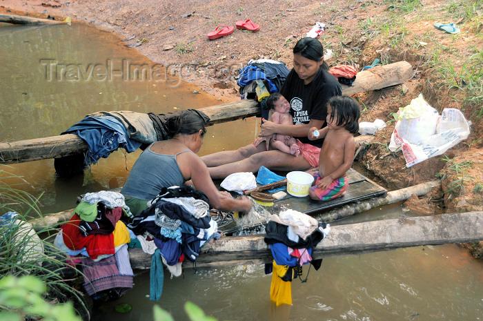 brazil369: Brazil / Brasil - Lábrea - aldeia Pedreira: river laundry - Kaxarari indians - lavando a roupa no rio (photo by M.Alves) - (c) Travel-Images.com - Stock Photography agency - Image Bank
