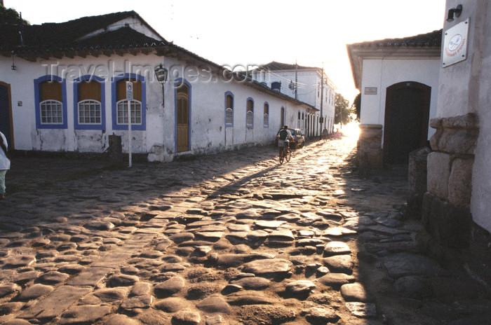 brazil370: Brazil / Brasil - Paraty (RJ): cobbled street - rua em pedra - calçada - photo by Lewi Moraes - (c) Travel-Images.com - Stock Photography agency - Image Bank