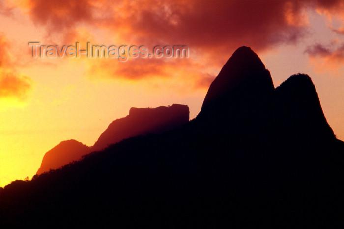 brazil379: Brazil / Brasil - Rio de Janeiro: sunset - Gavea  Stone / Pedra da Gávea - pôr do sol - photo by Lewi Moraes - (c) Travel-Images.com - Stock Photography agency - Image Bank