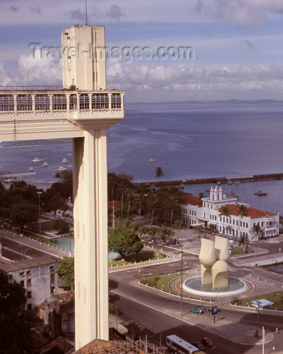 brazil383: Brazil / Brasil - Salvador (Bahia): Elevador Lacerda, Brazil's first elevators, linking the Upper and Lower towns of Salvador - Carlos Lacerda Elevator - photo by L.Moraes - (c) Travel-Images.com - Stock Photography agency - Image Bank