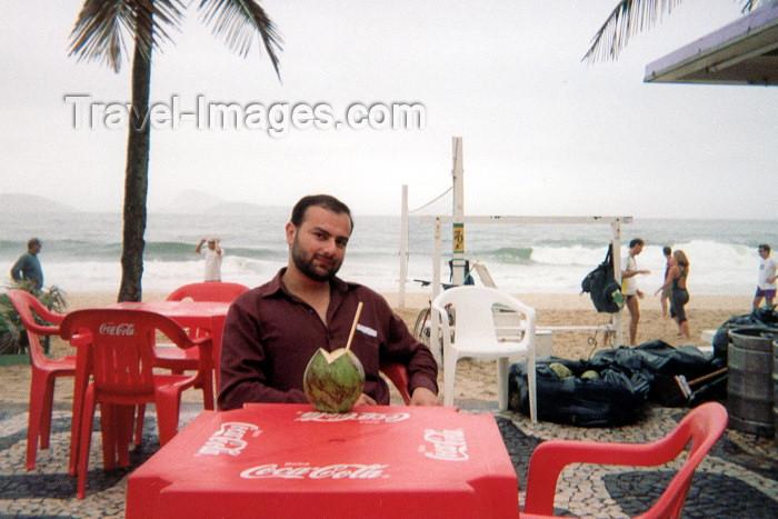 brazil5: Brazil / Brasil - Rio de Janeiro: going coconuts / coco gelado em Ipanema - calçadão (photo by M.Torres) - (c) Travel-Images.com - Stock Photography agency - Image Bank