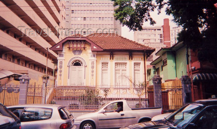 brazil55: Brazil / Brasil - Sao Paulo: perdida na multidão / lost in the crowd  - small house surrounded by modern buildings - photo by M.Torres - (c) Travel-Images.com - Stock Photography agency - Image Bank