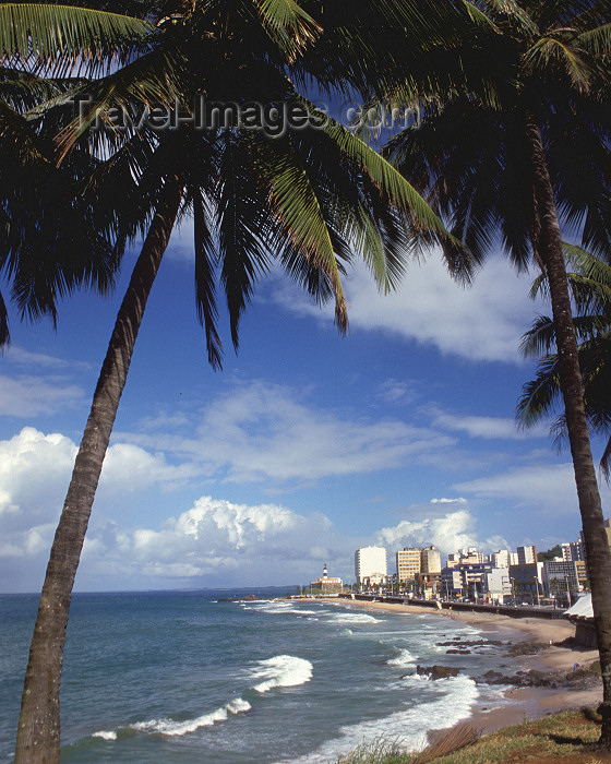 brazil82: Brazil / Brasil - Salvador da Bahia: Atlantic sea front - Farol Beach with the lighthouse at its end - tropical view - Praia do Farol - Farol da Barra ao fundo - photo by L.Moraes - (c) Travel-Images.com - Stock Photography agency - Image Bank