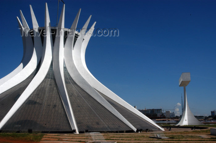 brazil85: Brazil / Brasil - Brasilia / BSB (DF): the Cathedral and the Campanile - a catedral - arquitecto: Oscar Niemeyer - Catedral Metropolitana Nossa Senhora Aparecida - Esplanada dos Ministérios - architect: Oscar Niemeyer Unesco world heritage site - photo by - (c) Travel-Images.com - Stock Photography agency - Image Bank