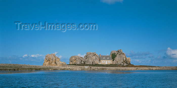 britta42: Plougrescant, Côtes-d'Armor, Brittany, France: house between the rocks - Maison dans les Roches - Côte de Granit Rose - photo by A.Bartel - (c) Travel-Images.com - Stock Photography agency - Image Bank