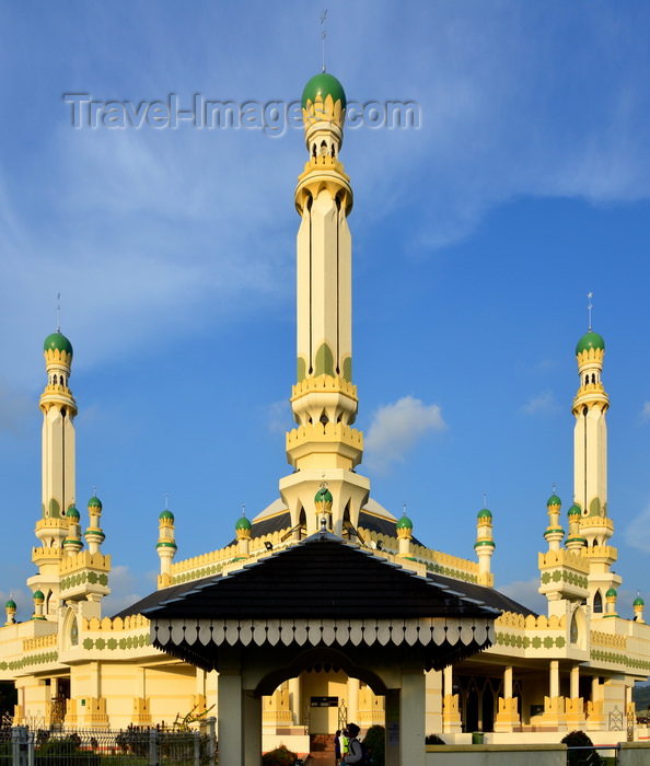 brunei142: Bandar Seri Begawan, Brunei Darussalam: corner view of the Kampong Tamoi Mosque - photo by M.Torres - (c) Travel-Images.com - Stock Photography agency - Image Bank