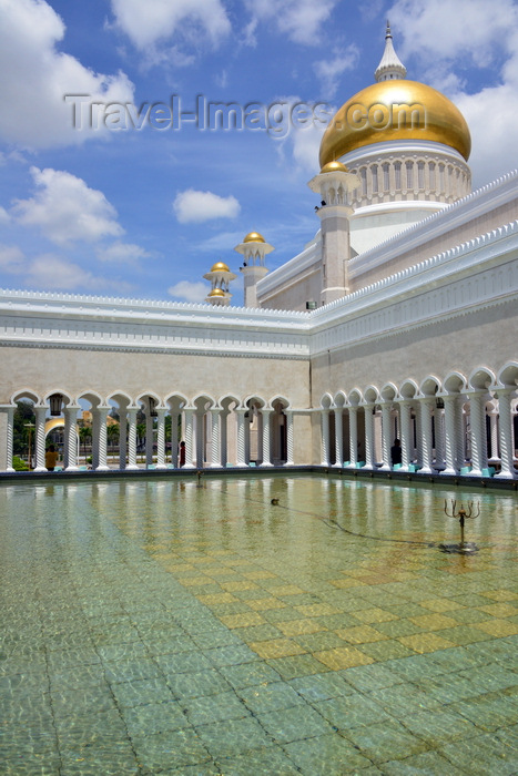 brunei19: Bandar Seri Begawan, Brunei Darussalam: Sultan Omar Ali Saifuddin mosque - ablutions fountain and golden dome - photo by M.Torres - (c) Travel-Images.com - Stock Photography agency - Image Bank