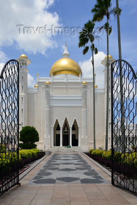 brunei22: Bandar Seri Begawan, Brunei Darussalam: Sultan Omar Ali Saifuddin mosque - from the main gate - photo by M.Torres - (c) Travel-Images.com - Stock Photography agency - Image Bank