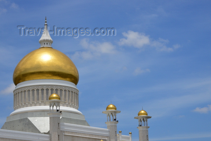 brunei24: Bandar Seri Begawan, Brunei Darussalam: golden dome of the Sultan Omar Ali Saifuddin mosque - photo by M.Torres - (c) Travel-Images.com - Stock Photography agency - Image Bank