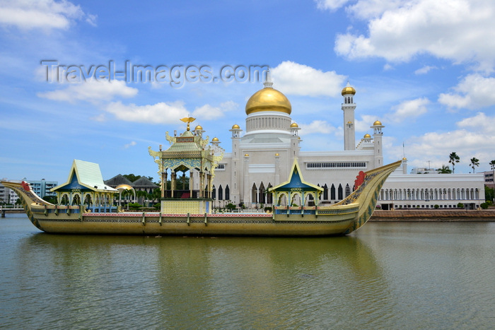 brunei25: Bandar Seri Begawan, Brunei Darussalam: Sultan Omar Ali Saifuddin mosque - replica of Sultan Bolkiah Mahligai's barge - photo by M.Torres - (c) Travel-Images.com - Stock Photography agency - Image Bank