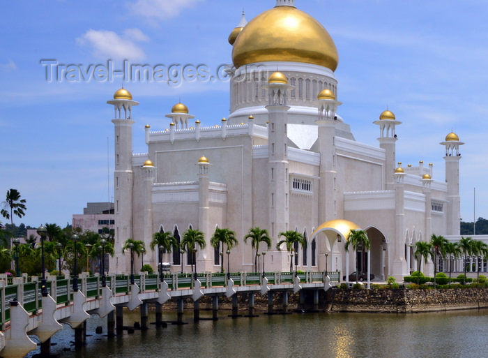 brunei26: Bandar Seri Begawan, Brunei Darussalam: the Sultan Omar Ali Saifuddin mosque is built by an artificial lagoon, crossed by a footbridge - photo by M.Torres - (c) Travel-Images.com - Stock Photography agency - Image Bank