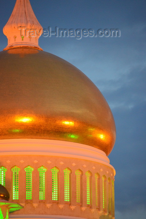 brunei6: Bandar Seri Begawan, Brunei Darussalam: Sultan Omar Ali Saifuddin mosque - golden dome in the evening sky - photo by M.Torres - (c) Travel-Images.com - Stock Photography agency - Image Bank