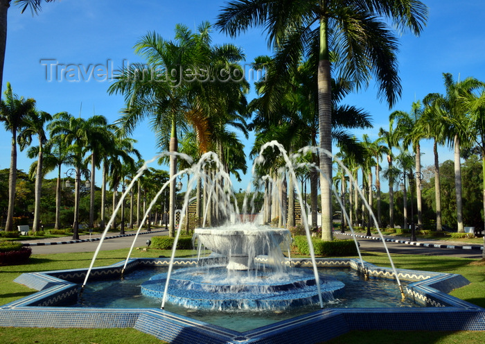 brunei61: Bandar Seri Begawan, Brunei Darussalam: eight-pointed star fountain - Jame Asr Hassanil Bolkiah mosque - photo by M.Torres - (c) Travel-Images.com - Stock Photography agency - Image Bank