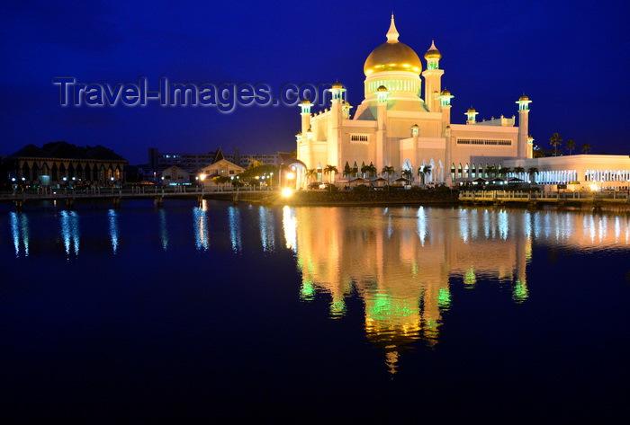 brunei8: Bandar Seri Begawan, Brunei Darussalam: Sultan Omar Ali Saifuddin mosque seen at night - water reflection - photo by M.Torres - (c) Travel-Images.com - Stock Photography agency - Image Bank