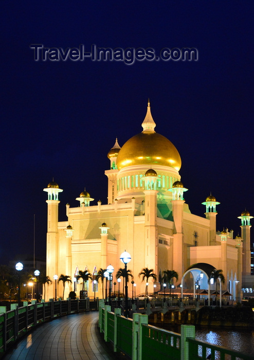 brunei9: Bandar Seri Begawan, Brunei Darussalam: Sultan Omar Ali Saifuddin mosque and footbridge at night - photo by M.Torres - (c) Travel-Images.com - Stock Photography agency - Image Bank