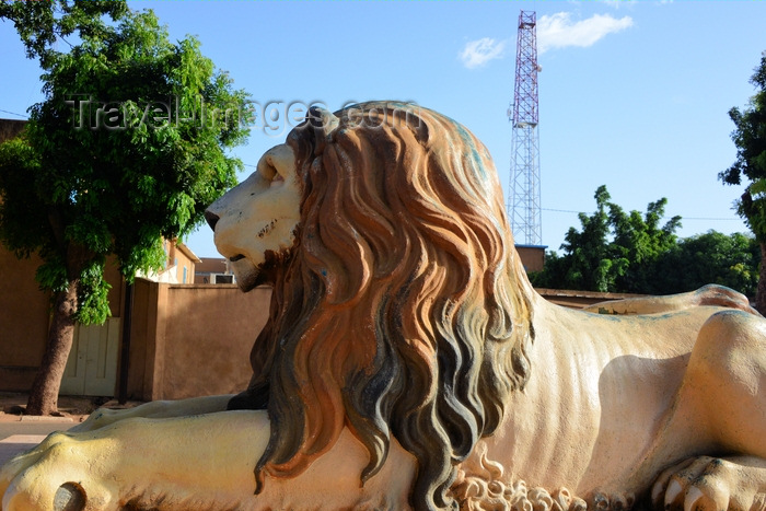 burkina-faso57: Ouagadougou, Burkina Faso: lion sculpture on Avenue de la Nation - photo by M.Torres - (c) Travel-Images.com - Stock Photography agency - Image Bank