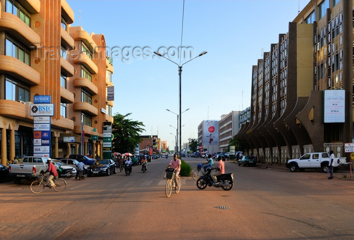 burkina-faso69: Ouagadougou, Burkina Faso: view along Kwame Nkrumah avenue - BSIC bank on the left, Ministry of Labour on the right - photo by M.Torres - (c) Travel-Images.com - Stock Photography agency - Image Bank