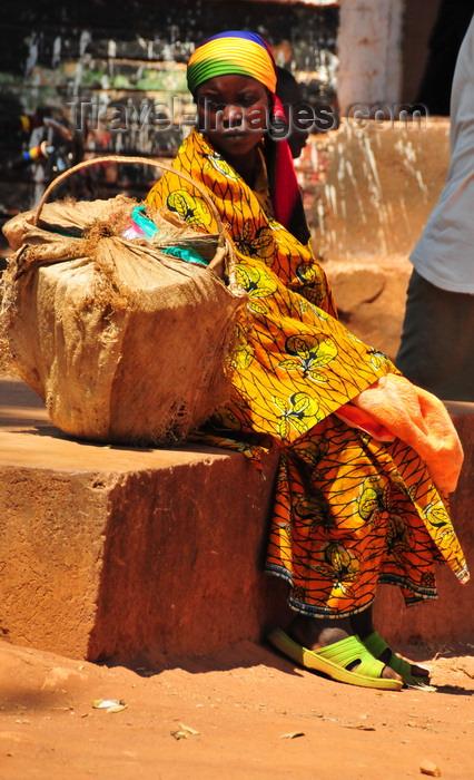 burundi57: Gitega / Kitega, Burundi: woman with her basket - photo by M.Torres - (c) Travel-Images.com - Stock Photography agency - Image Bank