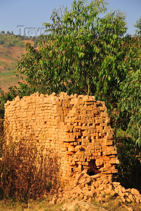burundi86: Muramvya province, Burundi: brick kiln - traditional brick oven - artisanal construction material production, using clay from the valley below and fired with wood - photo by M.Torres - (c) Travel-Images.com - Stock Photography agency - Image Bank