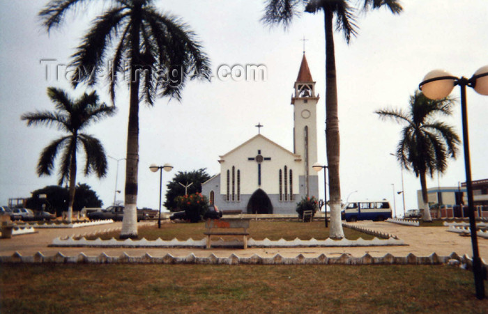 cabinda11: Cabinda - Tchiowa: church square / praça da igreja (photo by FLEC) - (c) Travel-Images.com - Stock Photography agency - Image Bank