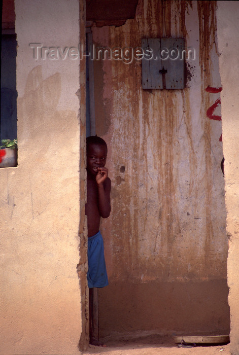 cabinda28: Cabinda - Tchiowa: shy boy / miúdo tímido - photo by F.Rigaud - (c) Travel-Images.com - Stock Photography agency - Image Bank