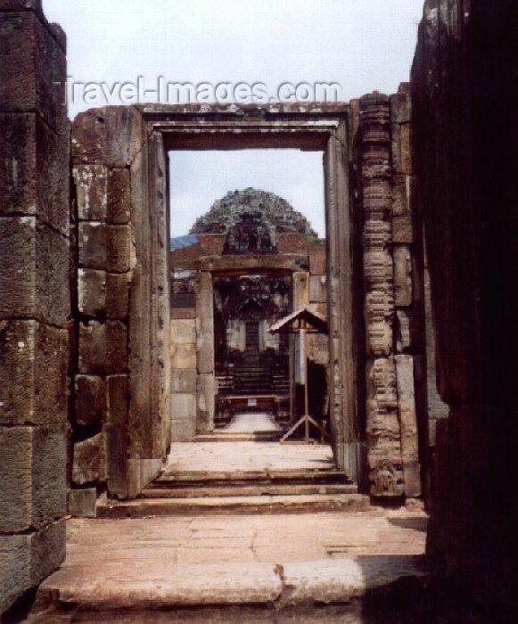 cambodia30: Angkor, Cambodia / Cambodge: Baphuon - imitating Mt. Meru - Angkor Thom - built as the state temple of Udayadityavarman II dedicated to the Hindu God Shiva - photo by Miguel Torres - (c) Travel-Images.com - Stock Photography agency - Image Bank