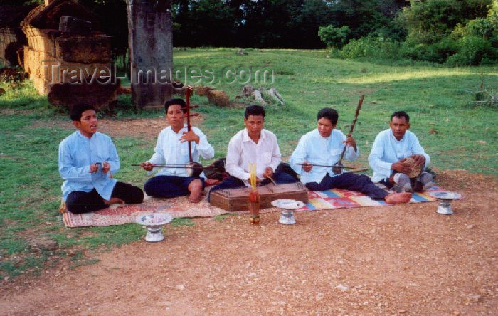 cambodia46: Angkor, Cambodia / Cambodge: Phnom Bakeng - traditional musicians - handicaped by land mines - photo by Miguel Torres - (c) Travel-Images.com - Stock Photography agency - Image Bank