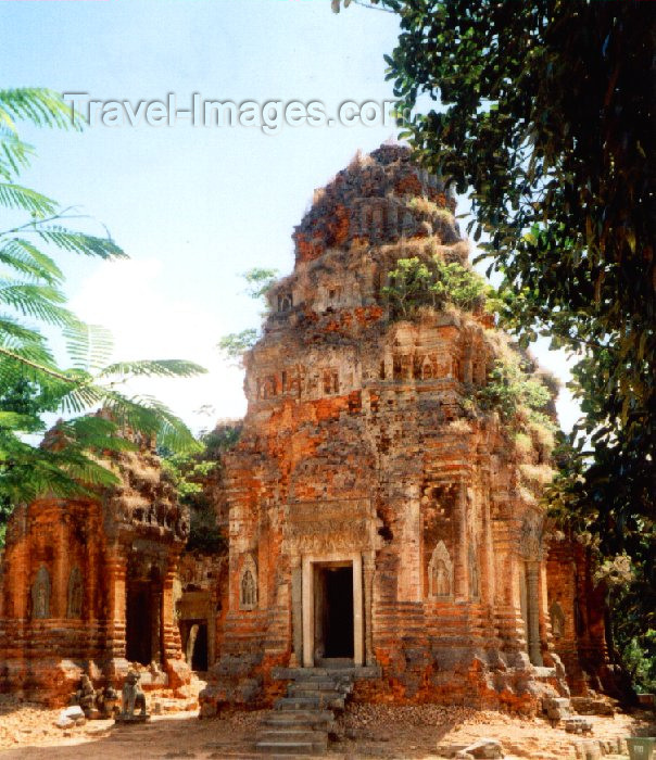 cambodia77: Angkor, Cambodia / Cambodge: Lolei - Roluos group - built in the late 9th century under Yasovarman I - photo by Miguel Torres - (c) Travel-Images.com - Stock Photography agency - Image Bank