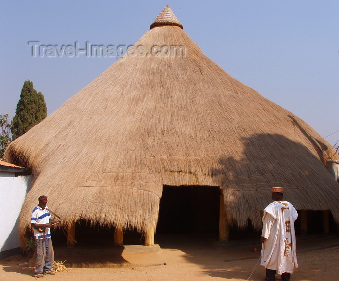 cameroon36: N'Gaoundéré, Cameroon: one of the Lamido's thatched roof huts - photo by B.Cloutier - (c) Travel-Images.com - Stock Photography agency - Image Bank