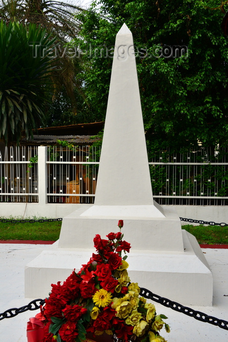 cameroon6: Douala,Cameroon: white obelisk - tomb with flowers downtown, by the gardens of the Chamber of Commerce - photo by M.Torres - (c) Travel-Images.com - Stock Photography agency - Image Bank