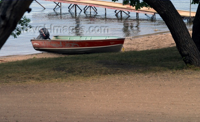 canada106: Canada / Kanada - Saskatchewan: boat on a sandy beach - photo by M.Duffy - (c) Travel-Images.com - Stock Photography agency - Image Bank
