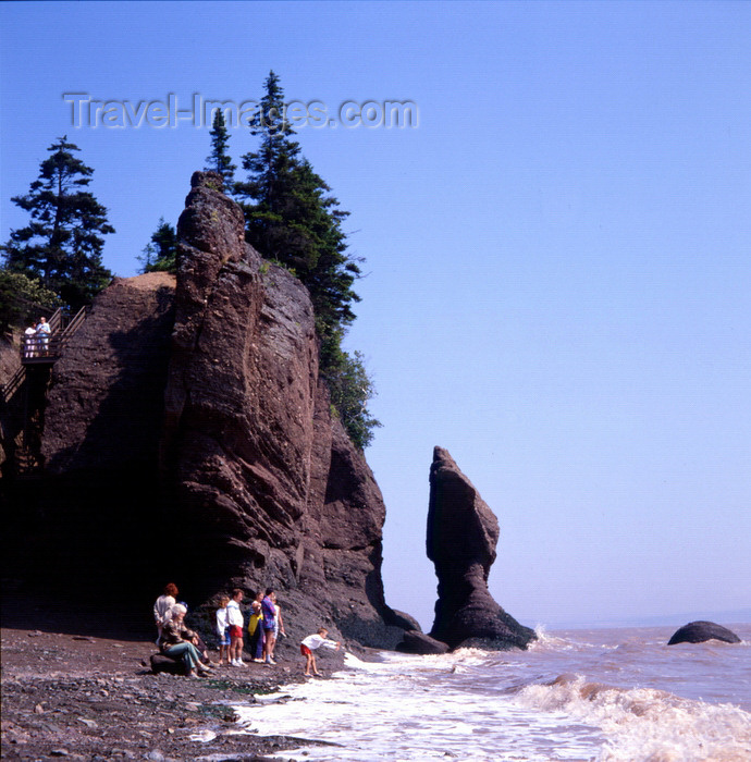 canada14: Hopewell Rocks, Bay of Fundy, New Brunswick, Canada: beach with rock formations - photo by A.Bartel - (c) Travel-Images.com - Stock Photography agency - Image Bank
