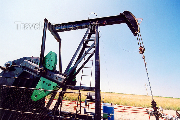 canada227: Canada / Kanada - Patricia, Alberta: in the oil fields - pumping oil - 'nodding donkey' - photo by M.Torres - (c) Travel-Images.com - Stock Photography agency - Image Bank
