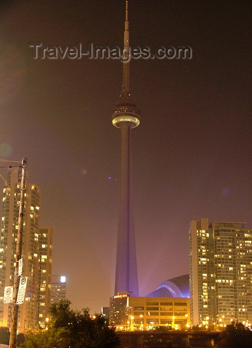 canada272: Toronto, Ontario, Canada / Kanada: CN Tower - nocturnal - architects John Andrews and Ned Baldwin, structural engineers NCK Engineering - photo by R.Grove - (c) Travel-Images.com - Stock Photography agency - Image Bank