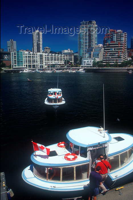 canada348: Canada / Kanada - Vancouver: aqua bus - passengers boarding - boat - photo by D.Smith - (c) Travel-Images.com - Stock Photography agency - Image Bank