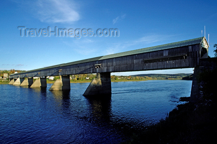 canada751: Hartland, New Brunswick, Canada: the longest covered bridge in the world, 391 m / 1282 feet long - crosses the Saint John River from Hartland to Somerville - Howe truss - photo by C.Lovell - (c) Travel-Images.com - Stock Photography agency - Image Bank