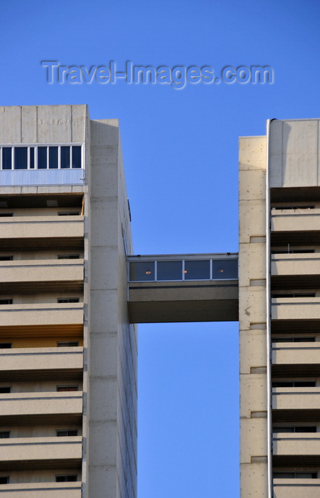 canada790: Winnipeg, Manitoba, Canada: Holiday Towers - a sky walk links the north and south towers - Hargrave Street - LM Architectural Group - Fort Rouge - City Centre - photo by M.Torres - (c) Travel-Images.com - Stock Photography agency - Image Bank